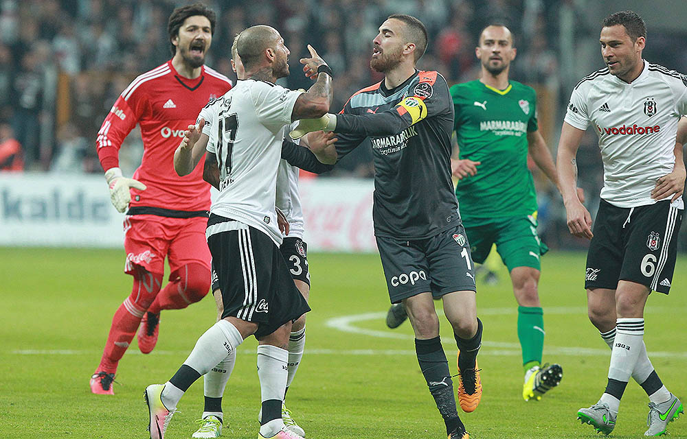 Besiktas - Bursaspor in der Vodafone Arena in Istanbul | 11. April 2016 | Ergebnis: 3:2 im Bild: Ricardo Quaresma (17) , Andreas Beck (Besiktas) und Torwart Harun Tekin (Bursaspor).