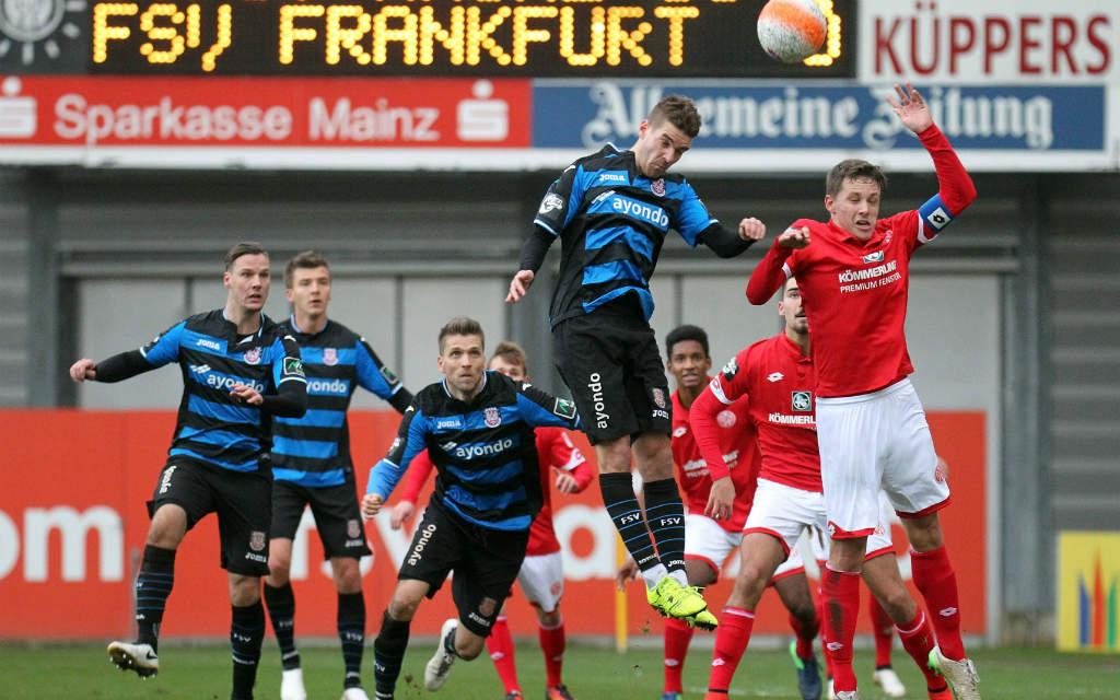 Erfolgloser Kopfball von Frankfurts Fabian Graudenz beim Derby gegen die U23 von Mainz 05.