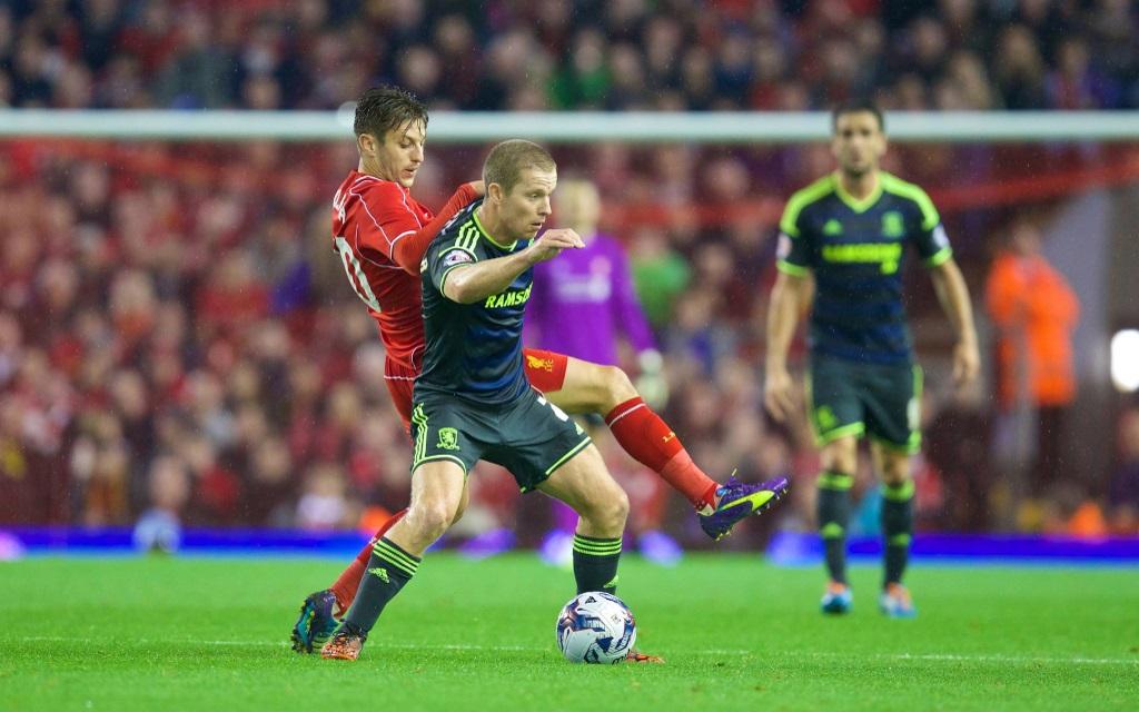 Adam Lallana im Zweikampf mit Grand Leadbitter im League Cup zwischen dem FC Liverpool und dem FC Middlesbrough