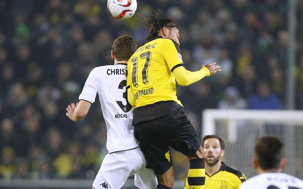 Andreas Christensen im Zweikampf mit Pierre-Emerick Aubameyang im Bundesligaspiel zwischen Borussia Mönchengladbach und Borussia Dortmund in der Saison 2015/16