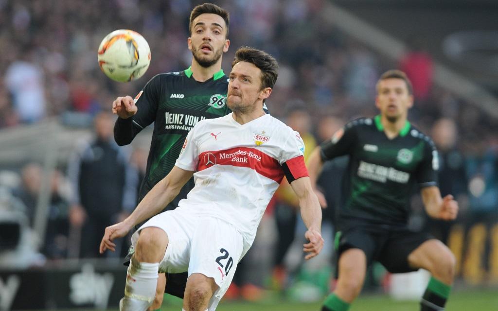Christian Gentner und Kenan Karaman im Zweikampf im Spiel zwischen dem VfB Stuttgart und Hannover 96 in der Saison 2015/16