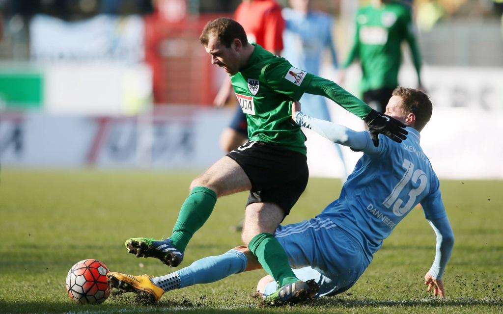 Amaury Bischoff und Tim Dannenberg im Zweikampf im Spiel zwischen Preußen Münster und Chemnitz in der Saison 2015/16