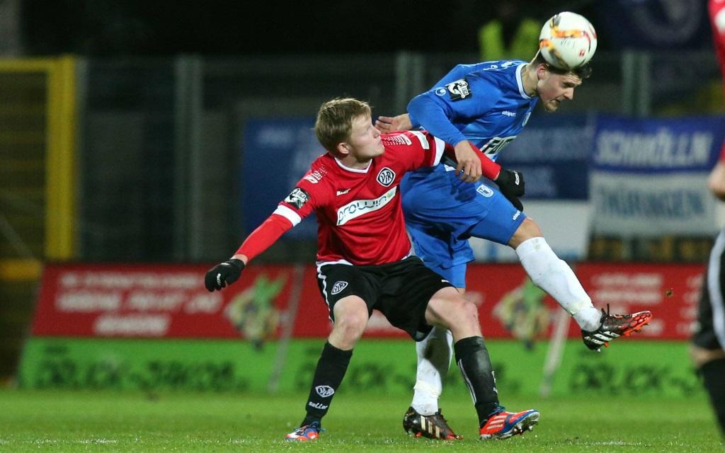 Gerrit Wegkamp und Niklas Brandt im Zweikampf im Spiel zwischen Magdeburg und Aalen in der 3. Liga in der Saison 2015/16