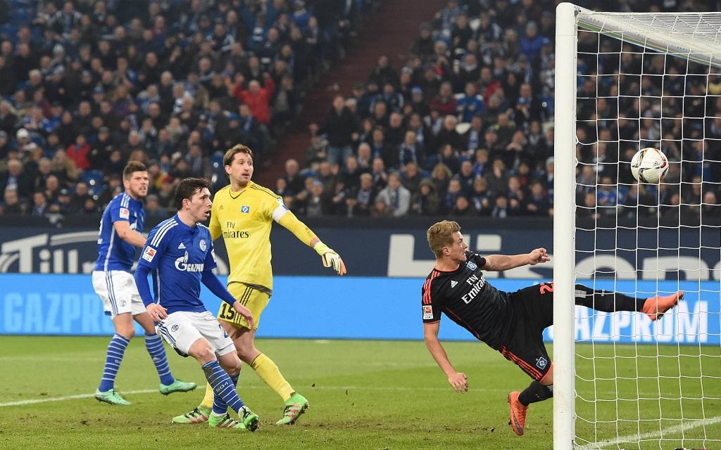 Klaas-Jan Huntelaar trifft im Bundesliga Spiel zwischen Schalke und Hamburg in der Saison 2015/16 zum 2:1