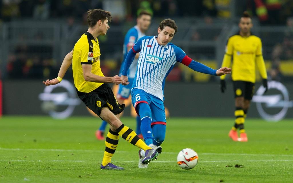 Julian Weigl im Zweikampf mit Sebastian Rudy beim Spiel in der Bundesliga Borussia Dortmund gegen TSG Hoffenheim in der Saison 2015/16