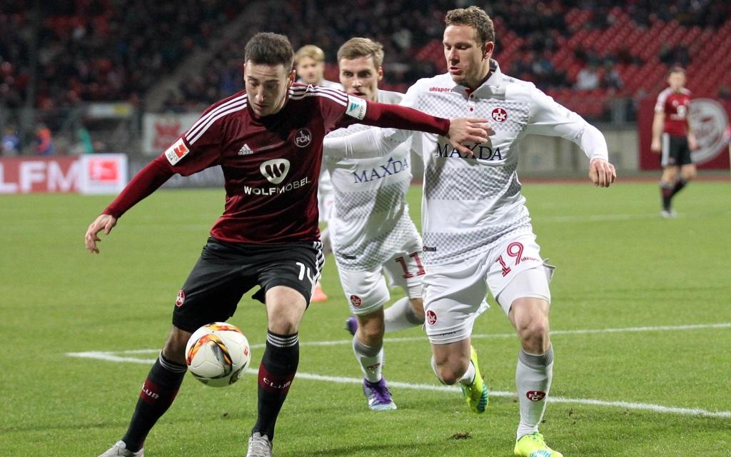 Zweikampf zwischen Kevin Möhwald und Marcel Gaus im Spiel zwischen 1.FC Nürnberg und 1.FC Kaiserslautern in der 2.Bundesliga Saison 2015/16