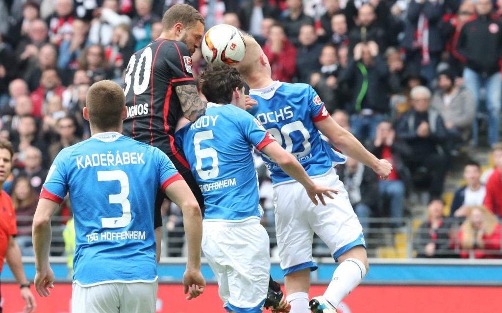 Luc Castaignos im Kopfballduell mit Sebastian Rudy und Philipp Ochs im Spiel zwischen Eintracht Frankfurt und der TSG Hoffenheim in der Saison 2015/16