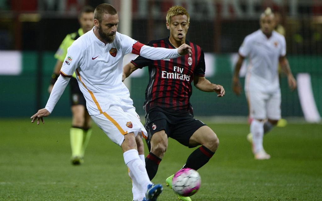 Daniele de Rossis (li.) AS Rom kämpft gegen Keisuke Hondas AC Mailand um Platz 2 in der Serie A.