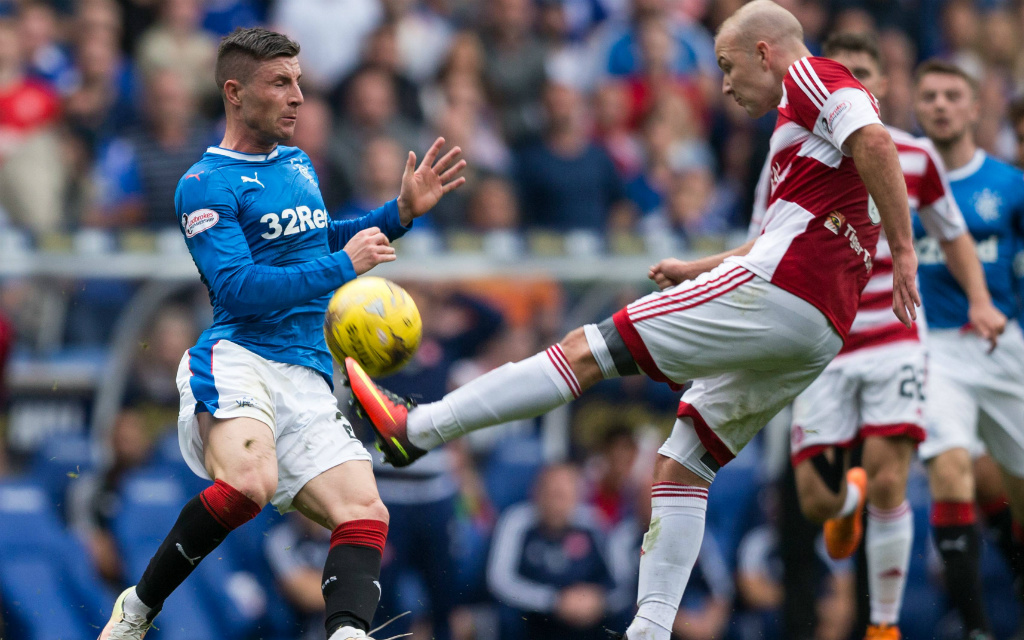 Michel O'Halloran von den Rangers will Hamiltons Grant Gillespie stoppen.