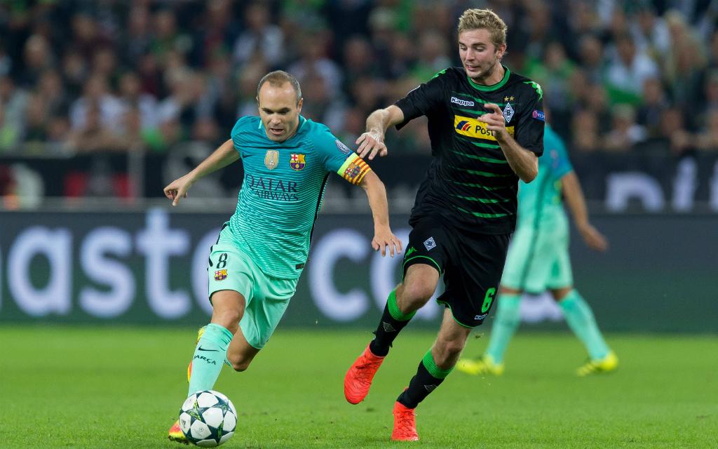 Imago: Gladbachs Kramer (r.) will Barca-Kapitän Iniesta (l.) stoppen.