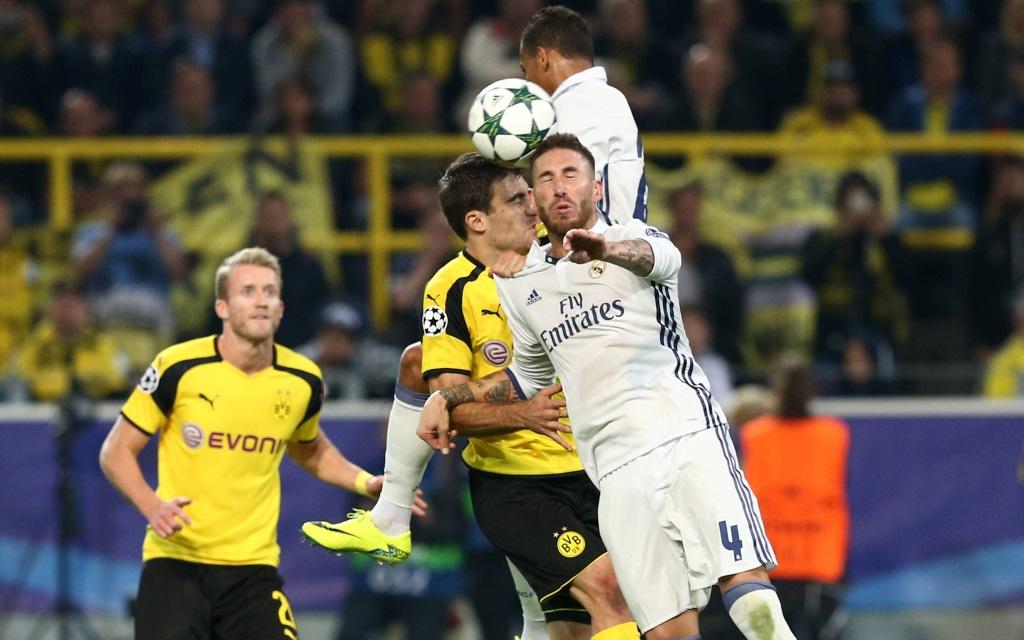 Sokratis und Sergio Ramos im Zweikampf beim Gruppenspiel in der Champions League 2016/17 zwischen Borussia Dortmund und Real Madrid
