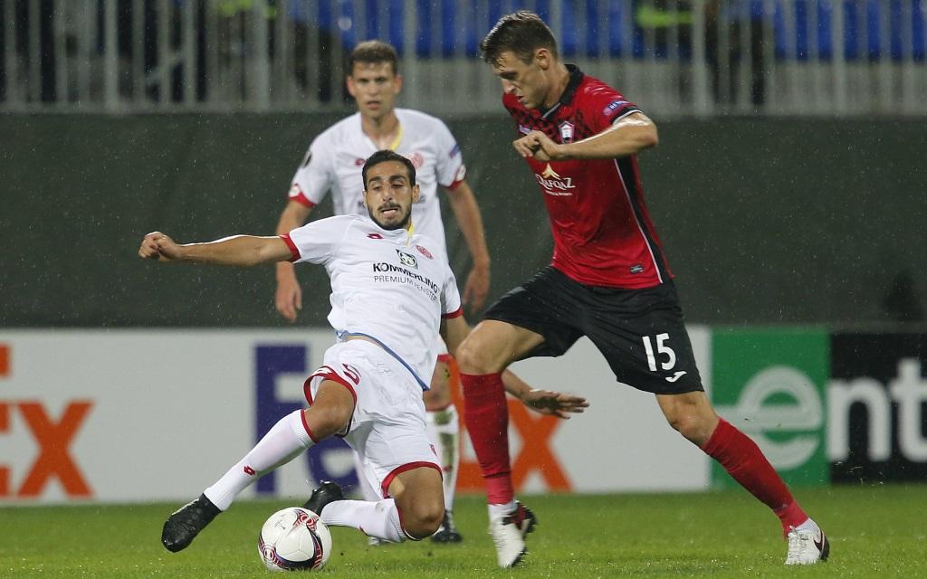 Jose Rodriguez im Zweikampf mit Vitaliy Vernydub im Spiel zwischen Qäbälä und Mainz in der Europa League Saison 2016/17