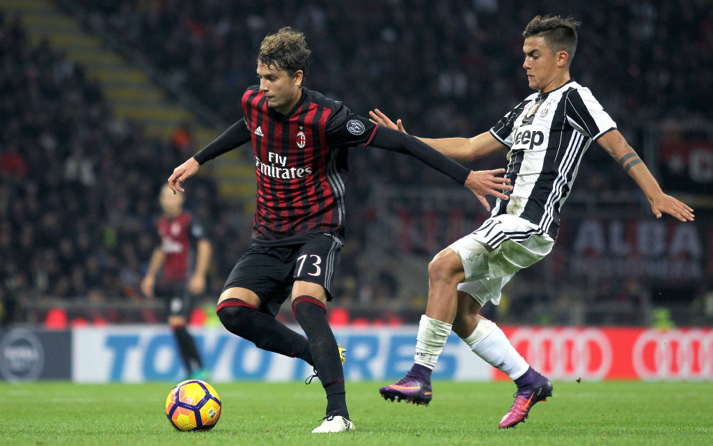 Juves Paulo Dybala (r.) will Milans Manuel Locatelli (l.) den Ball abluchsen.