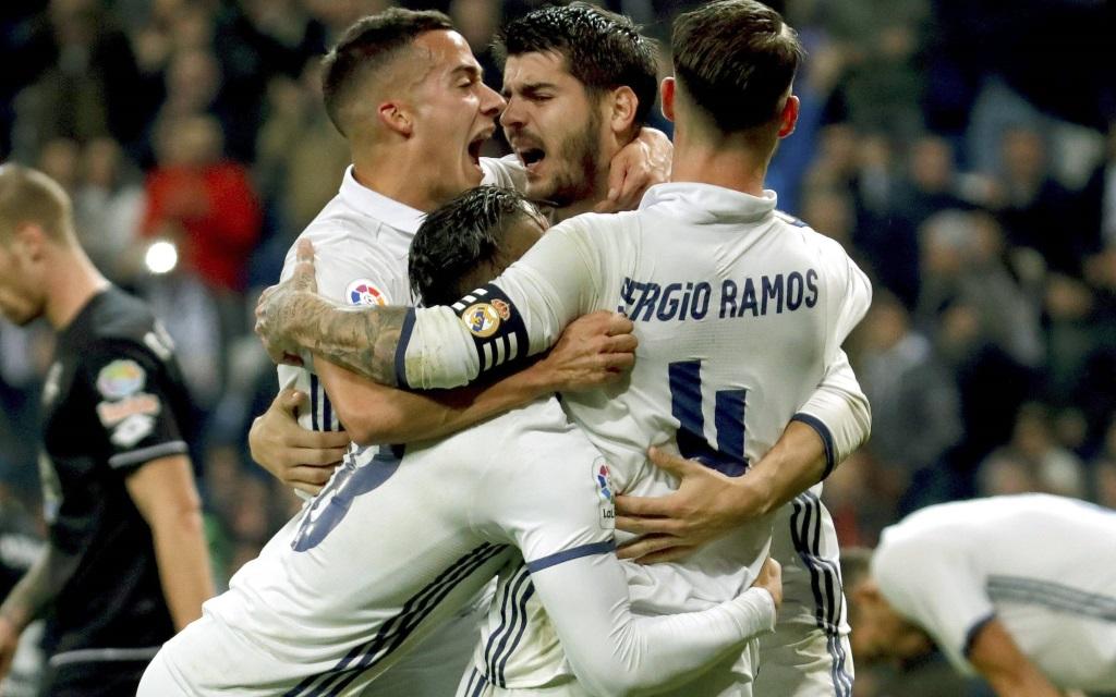 Real Madrid feiert den Sieg in der Liga gegen Deportivo La Coruna in der Saison 2016/17