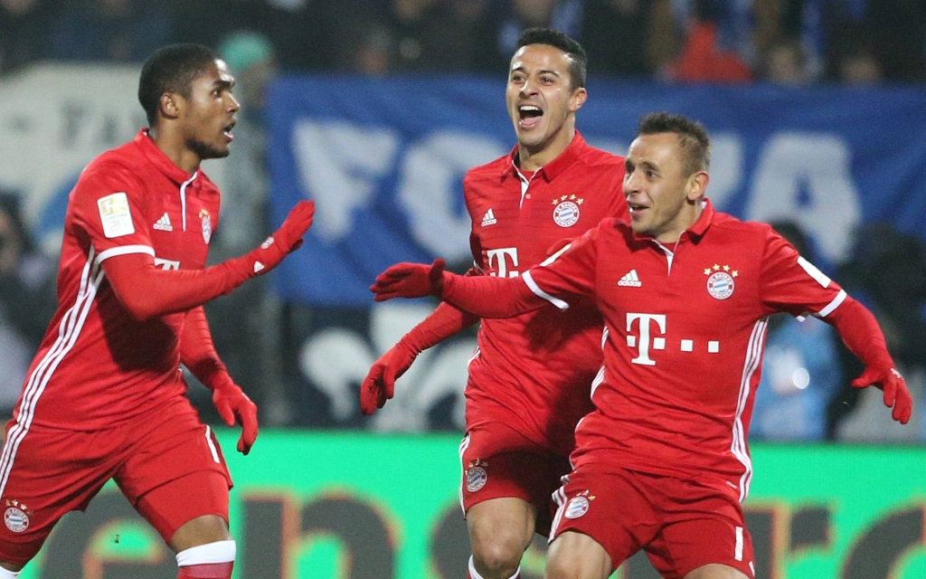 Douglas Costa, Rafinha und Thiago beim Torjubel im Spiel zwischen Darmstadt und Bayern in der Saison 2016/17