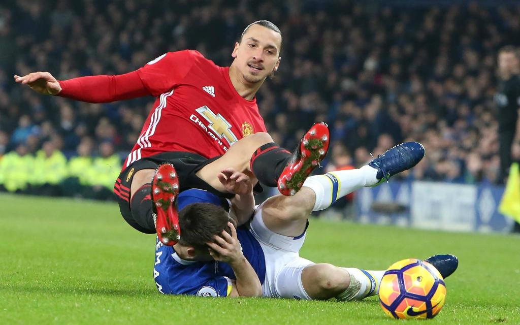 Manchester Uniteds Zlatan Ibrahimovic gibt keinen Ball verloren.