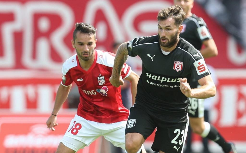 Okan Aydin im Zweikampf mit Sascha Pfeffer im Ligaspiel Rot-Weiß Erfurt gegen Hallescher FC in der Saison 2016/17