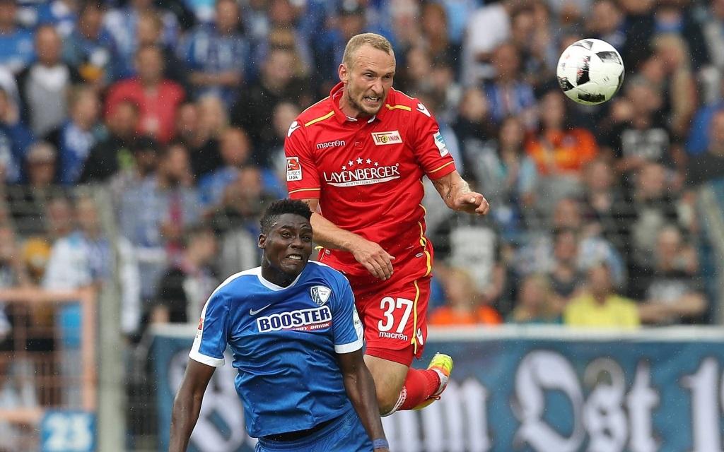 Peniel Mlapa im Zweikampf mit Eroll Zejnullahu im Spiel VfL Bochum gegen Union Berlin in der Saison 2016/17