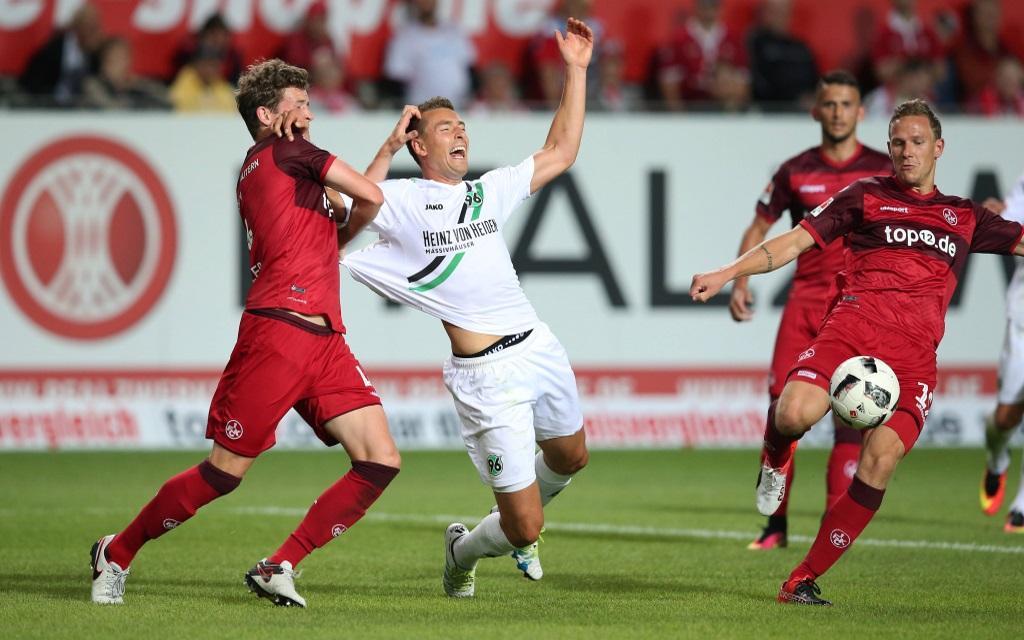 Patrick Ziegler bringt Artur Sobiech im Strafraum zu Fall im Spiel zwischen 1.FC Kaiserslautern und Hannover 96 in der Saison 2016/17