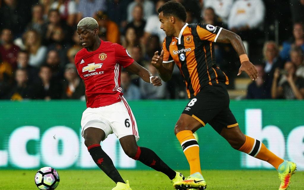 Paul Pogba und Tom Huddlestone im Zweikampf im Spiel zwischen Hull City und Manchester United in der Premier League Saison 2016/17