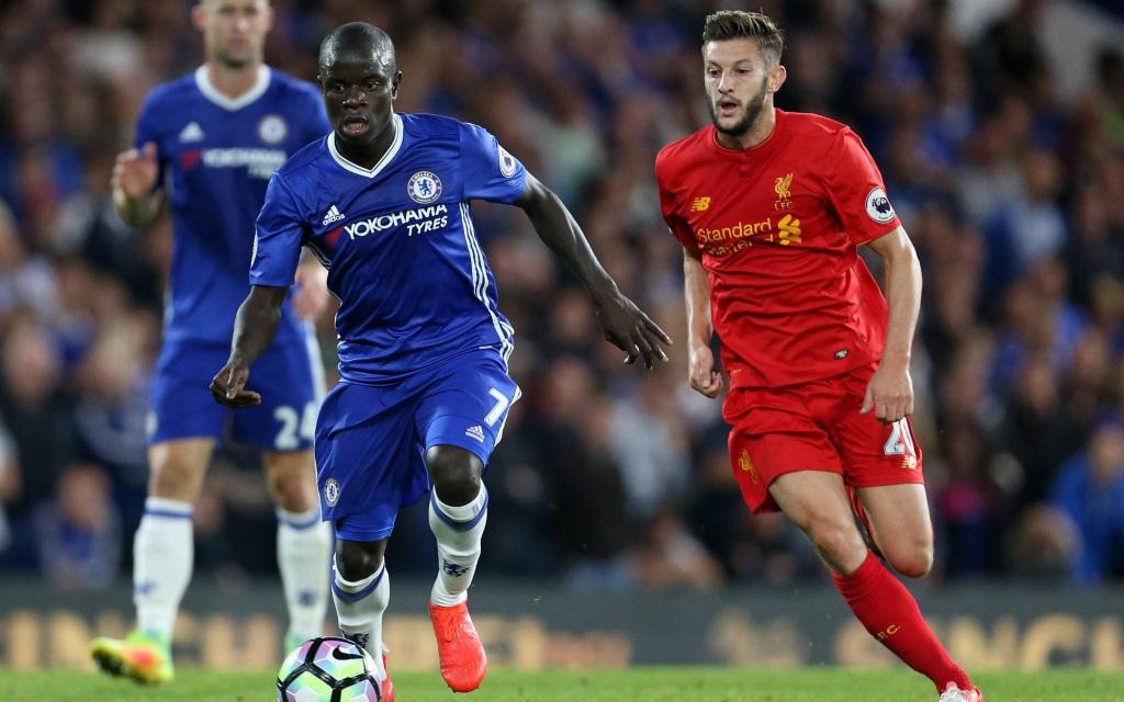 N'Golo Kante im Zweikampf mit Adam Lallana im Spiel FC Chelsea - FC Liverpool in der Saison 2016/17