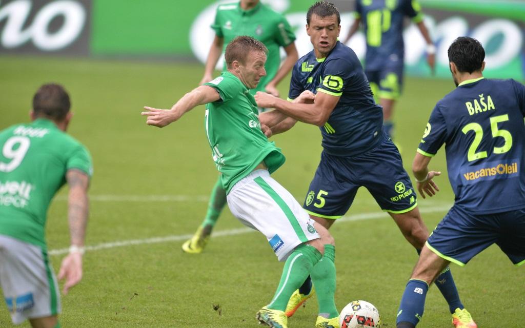 Robert Beric gegen Renato Civelli im Zweikampf im Ligaspiel AS St. Etienne gegen OSC Lille in der Saison 2016/17