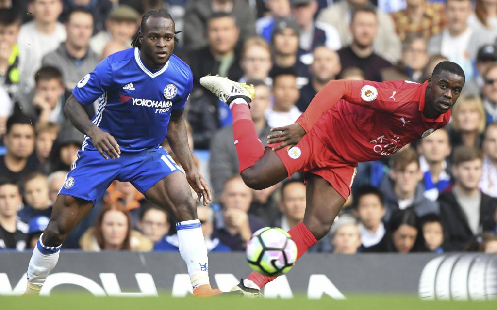 Chelseas Victor Moses (l.) und Leicester Jeffrey Schlupp kämpfen um den Ball.