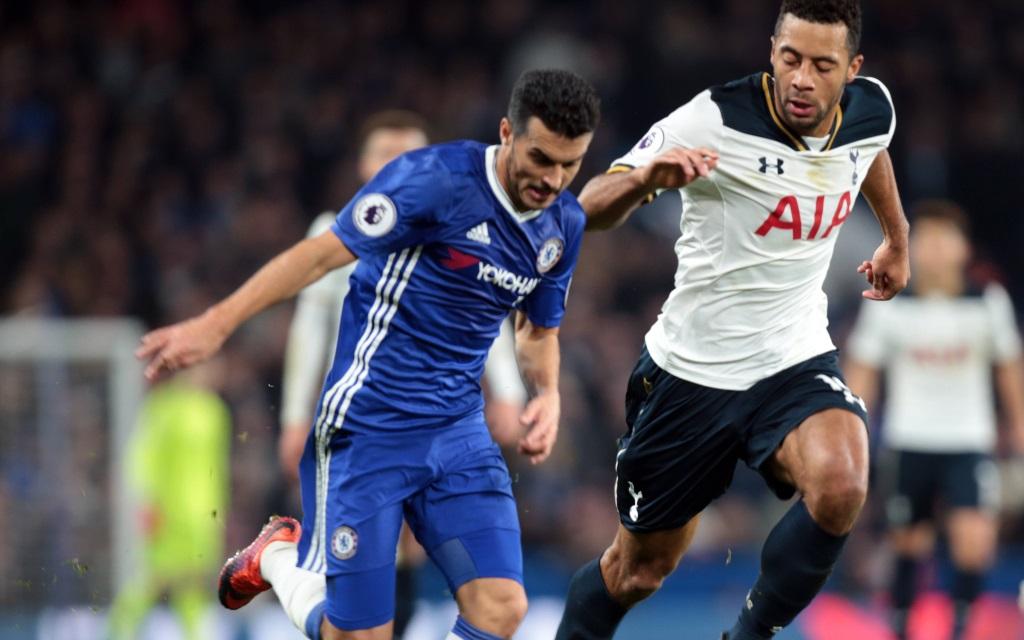 Pedro vom FC Chelsea im Zweikampf im Premier-League-Spiel Chelsea Tottenham
