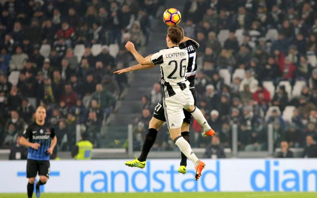 Jasmin Kuric im Zweikampf mit Stephan Lichtsteiner im Serie A Spiel Juventus Turin gegen Atalanta Bergamo im Juventus Stadium in der Saison 2016/17