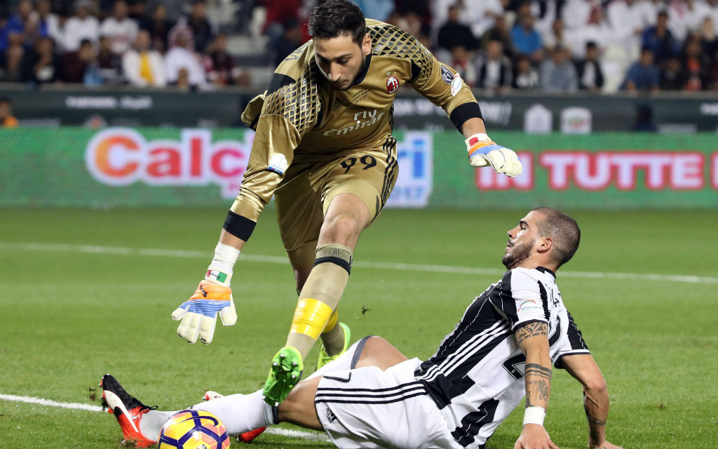 Im Supercoppa-Finale war der AC Mailand um Torwart Gigio Donnarumma (l.) meist schneller am Ball als Juve um Stefano Sturaro (r.). Und wie sieht es am Mittwoch aus?