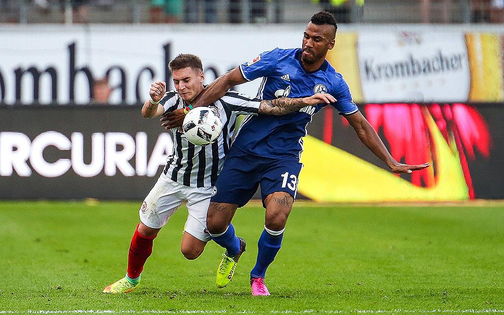Bundesliga Eintracht Frankfurt - FC Schalke 04: Zweikampf zwischen Guillermo Varela (Eintracht Frankfurt) und Eric Maxim Choupo-Moting (FC Schalke 04)
