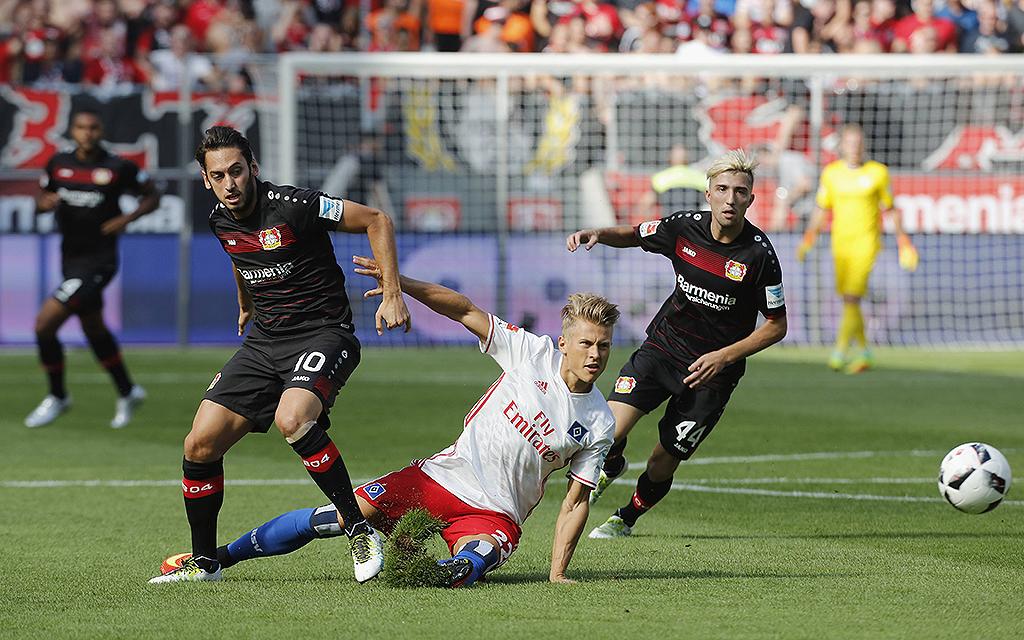 Zweikampf Hakan Calhanoglu (Bayer 04 Leverkusen) gegen Matthias Ostrzolek (Hamburger SV).