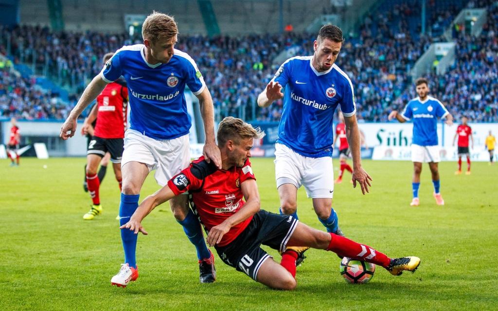 Lucas Röser wird bedrängt von Maximilan Ahlschwede und Matthias Henn im 3.Liga-Spiel Hansa Rostock gegen Sonnenhof Großaspach in der Saison 2016/17