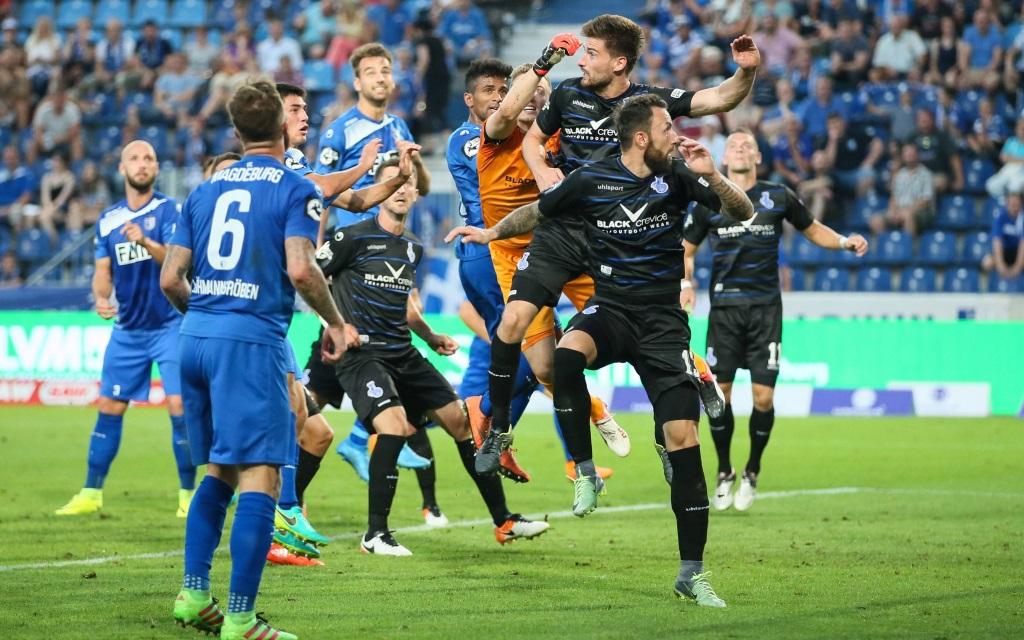 Rudelbildung am Strafraum im Spiel der 3. Liga zwischen dem 1.FC Magdeburg und MSV Duisburg in der Saison 2016/17