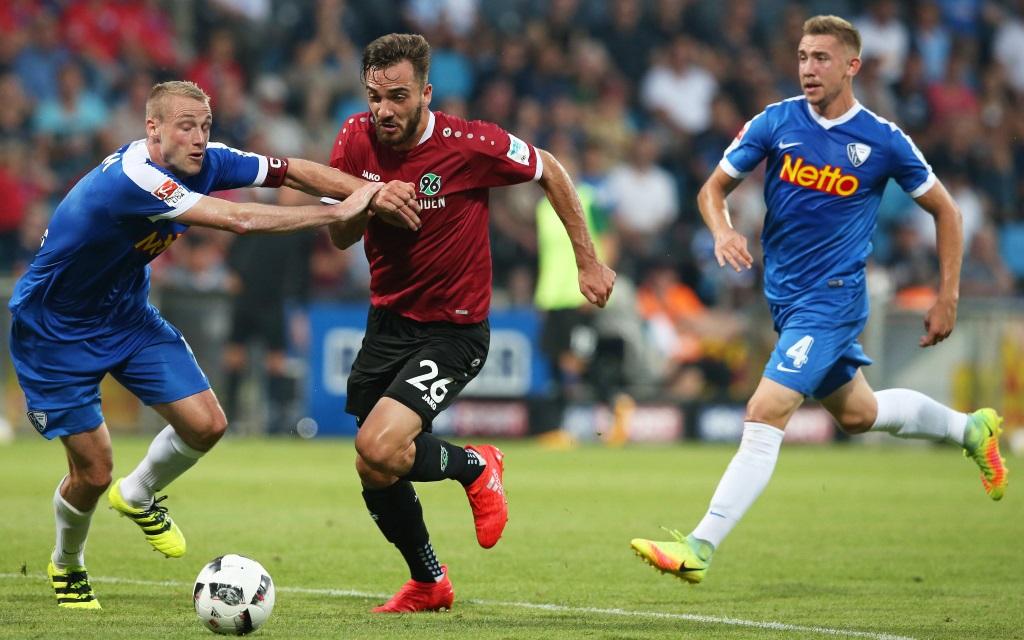 Felix Bastians im Zweikampf mit Kenan Karaman im Spiel VfL Bochum gegen Hannover 96 in der Saison 2016/17
