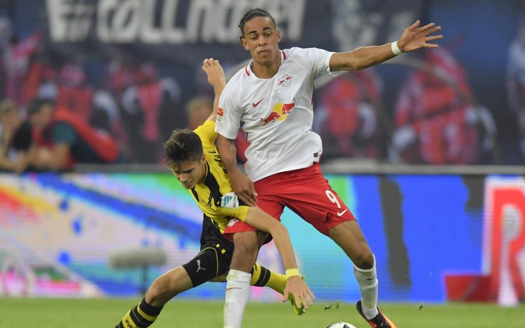 Yussuf Poulsen im Zweikampf mit Julian Weigl beim Spiel RB Leipzig gegen Borussia Dortmund in der Saison 2016/17