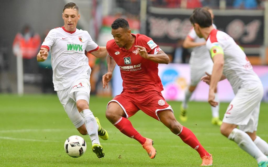 Dominik Kohr bedrängt Karim Onisiwo im Zweikampf im Spiel FC Augsburg gegen FSV Mainz in der Bundesliga-Saison 2016/17