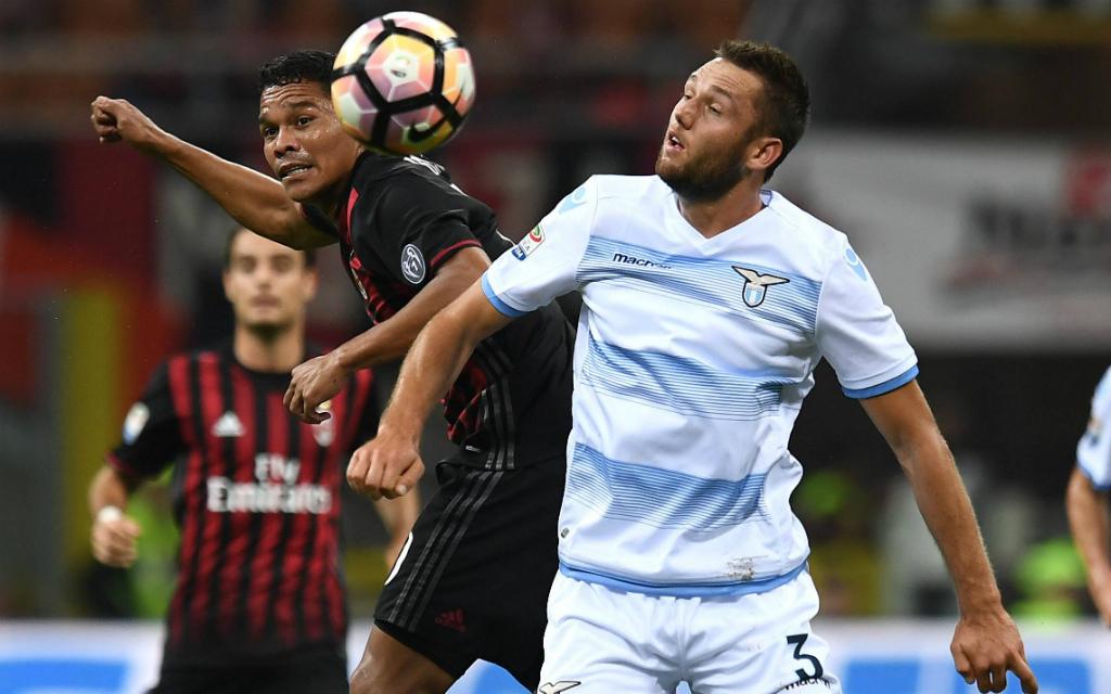 Imago: Im Hinspiel hatten Bacca (l.) und der AC Mailand gegen de Vrij und Lazio das bessere Ende für sich. Und nun?