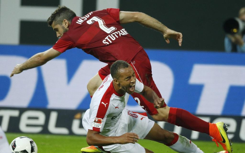 Emiliano Insua im Zweikampf mit Jerome Kiesewetter im 2.Liga-Spiel Fortuna Düsseldorf - VfB Stuttgart in der Saison 2016/17