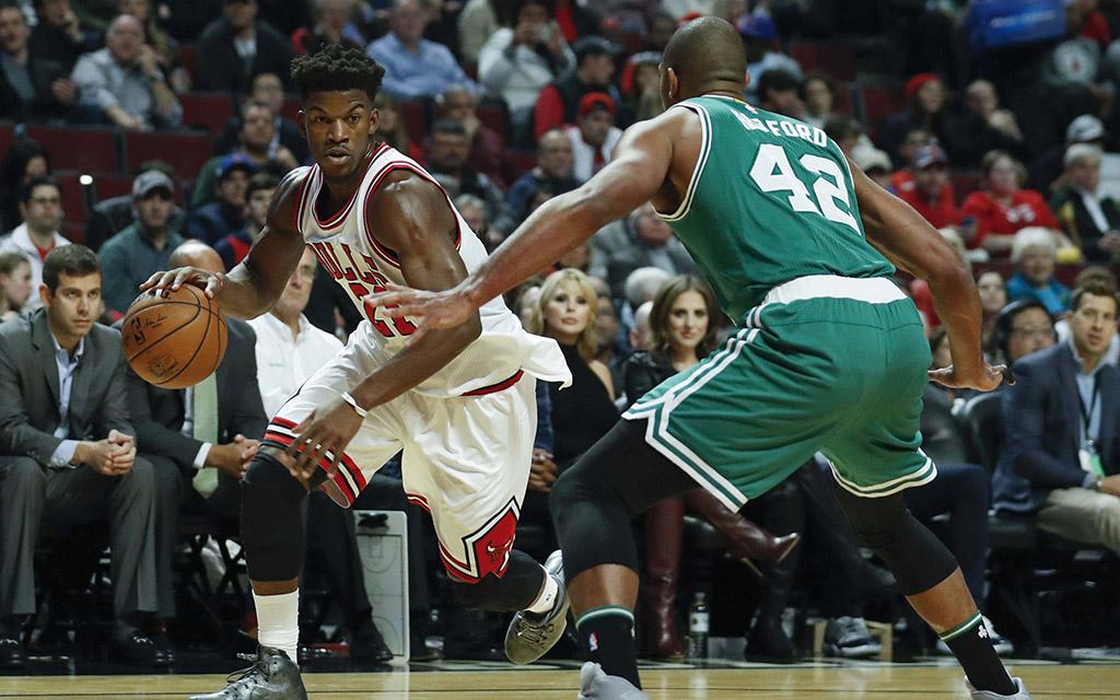 Jimmy Butler (l.) beim Drive gegen Al Horford (r.) während der Partie Chicago Bulls gegen Boston Celtics vom 27. Oktober 2016