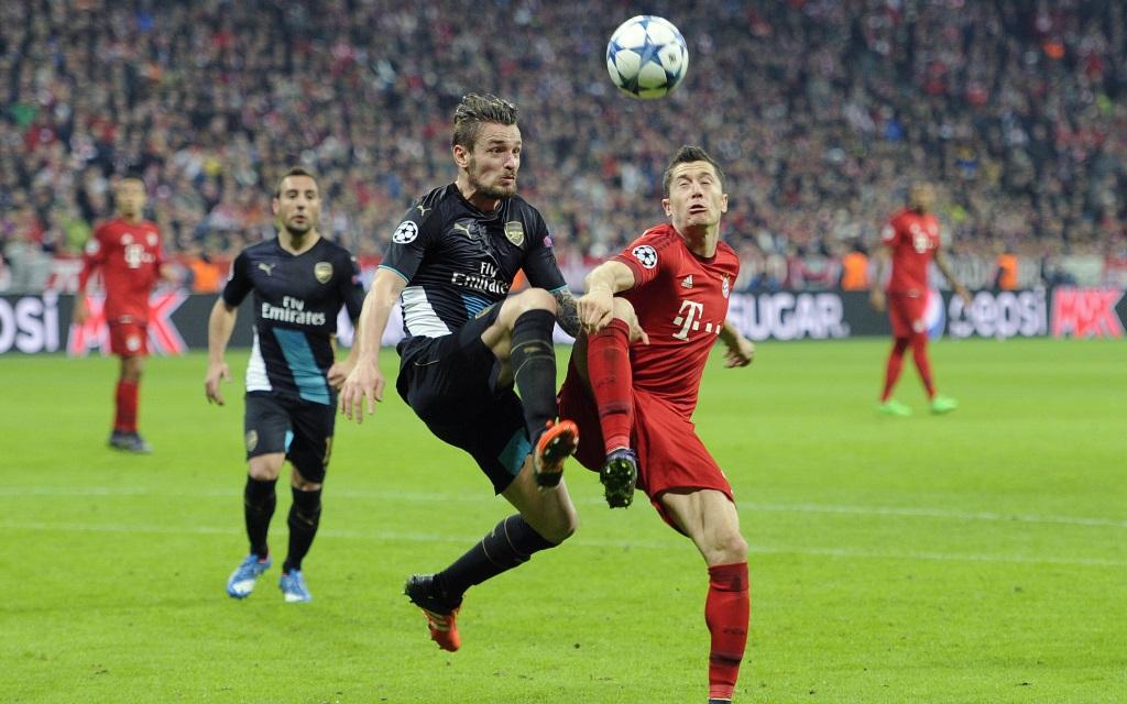 Robert Lewandowski im Zweikampf mit Mathieu Debuchy im Champions-League-Spiel FC Bayern - FC Arsenal in der Saison 2015/16