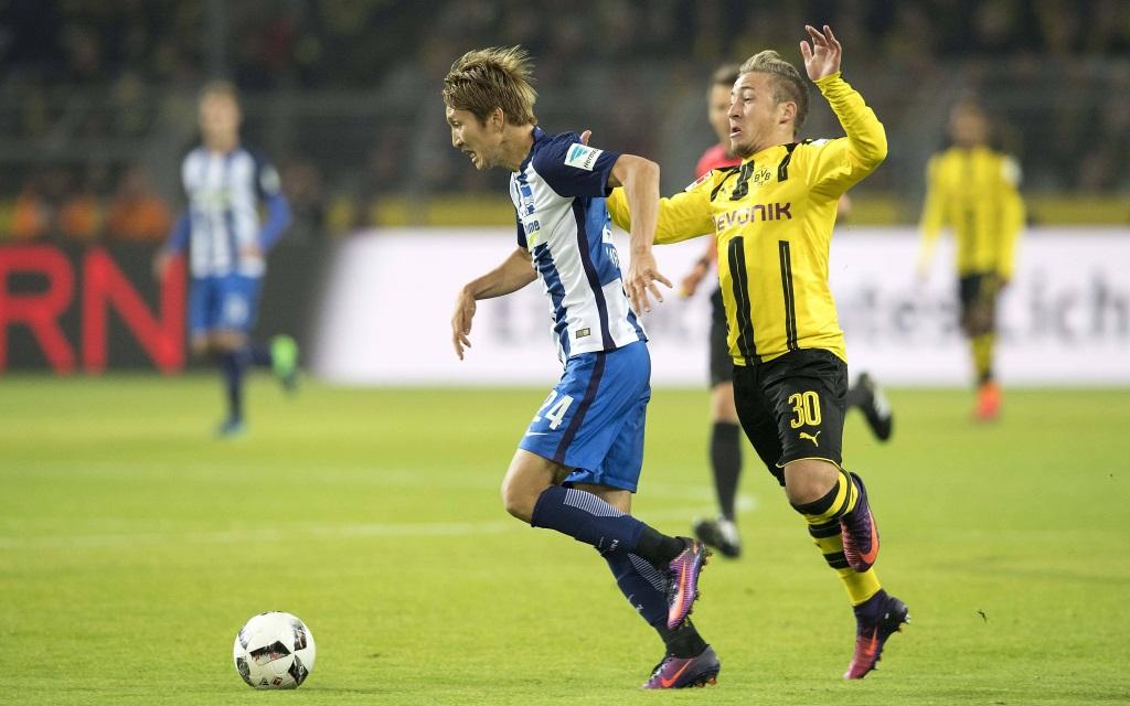 Felix Passlack im Zweikampf mit Genki Haraguchi beim Ligaspiel zwischen Borussia Dortmund und Hertha BSC Berlin in der Saison 2016/17