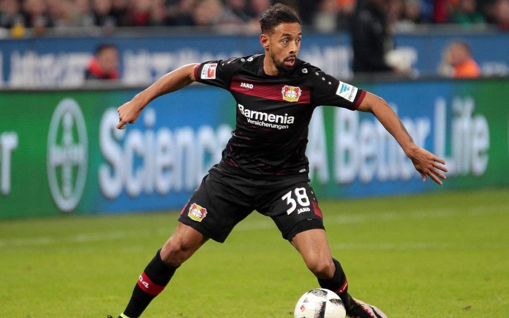 Karim Bellarabi im Ballbesitz im Bundesliga-Spiel Bayer Leverkusen - Borussia Mönchengladbach in der Saison 2016/17