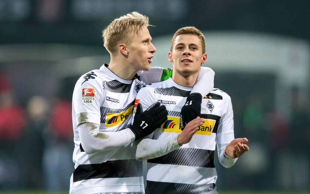 Oscar Wendt gratuliert Thorgan Hazard zum Siegtreffer im Spiel Werder Bremen - Borussia Mönchengladbach in der Saison 2016/17