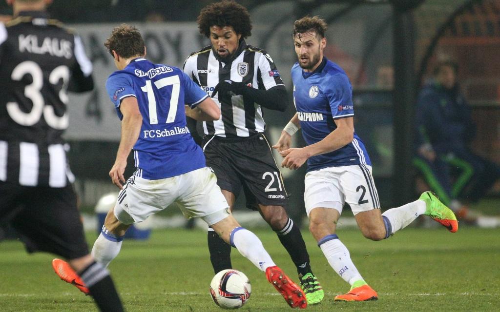 Benjamin Stambouli (li.) und Daniel Caligiuri (re.) attackieren Diego Biseswar (Mi.) in der Zwischenrunde der Europa League zwischen PAOK und dem FC Schalke