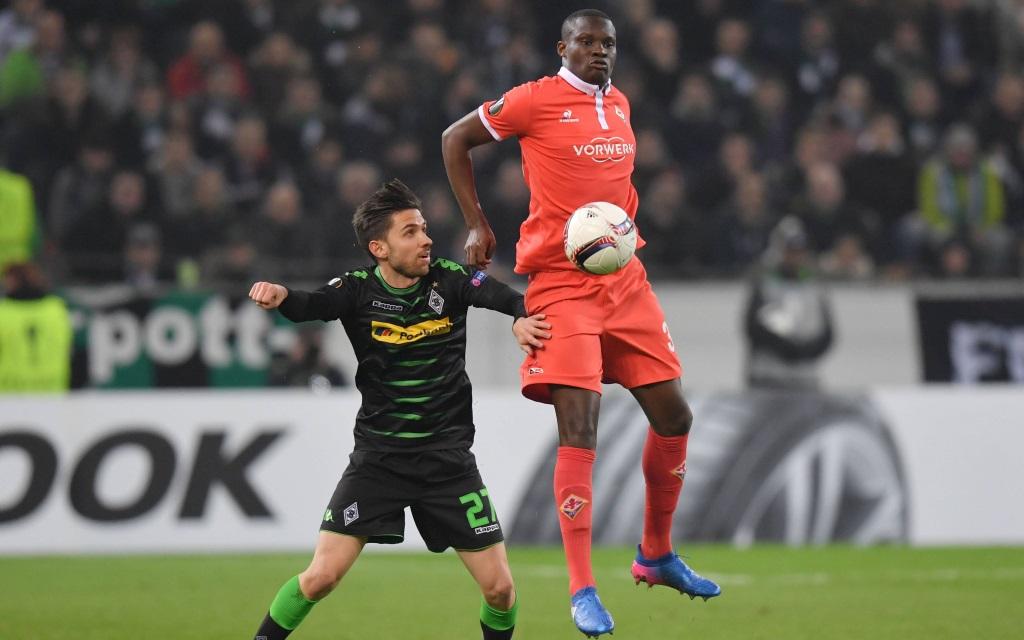 Julian Korb bedrängt Kouma Babacar im Zwischenrunde-Spiel der Europa League zwischen Borussia Mönchengladbach und dem AC Florenz in der Saison 2016/17