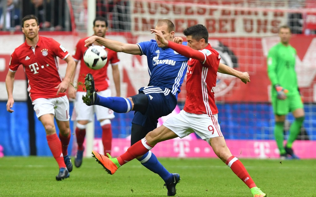 Holger Badstuber spitzelt Robert Lewandowski im Spiel Bayern München gegen FC Schalke den Ball weg