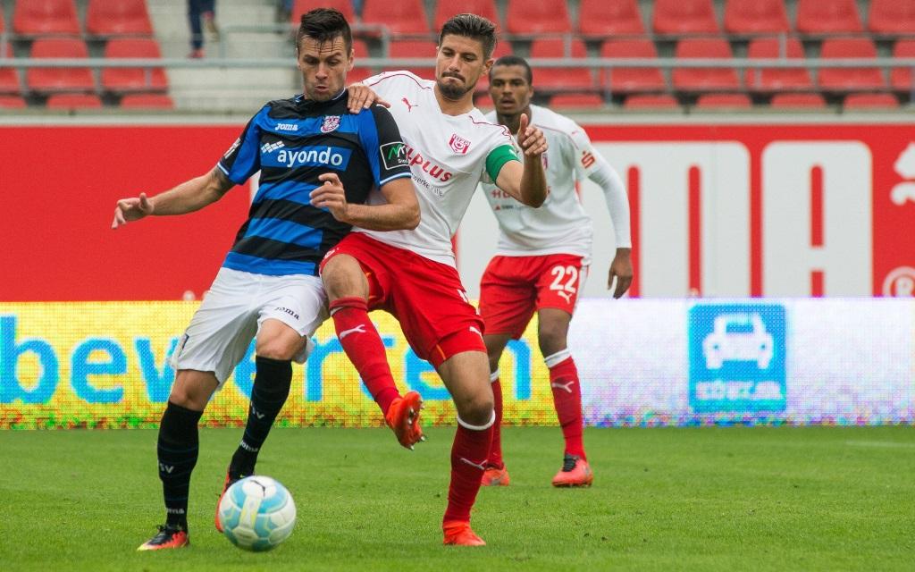 Stefan Kleineheismann attackiert Denis Streker im Spiel Hallescher FC - FSV Frankfurt in der Saison 2016/17