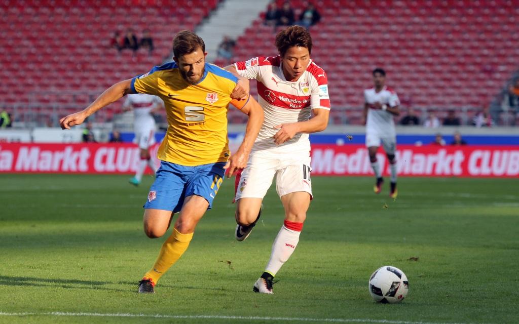 Ken Reichel (li.) im Laufduell mit Takuma Asano im Zweitliga-Spiel VfB Stuttgart - Eintracht Braunschweig in der Saison 2016/17