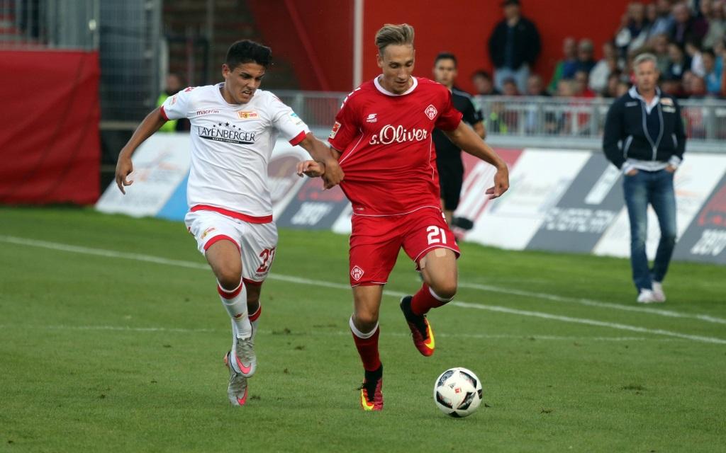 Eroll Zejnallahu (li.) und Tobias Schröck (re.) im Zweikampf während der 2.Liga-Partie Würzburger Kickers - Union Berlin in der Saison 2016/17